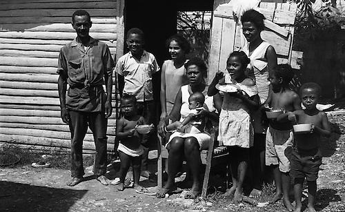 Napoleón Soler alfabetizador voluntario junto a su familia, 27 de febrero de  1971© OGM