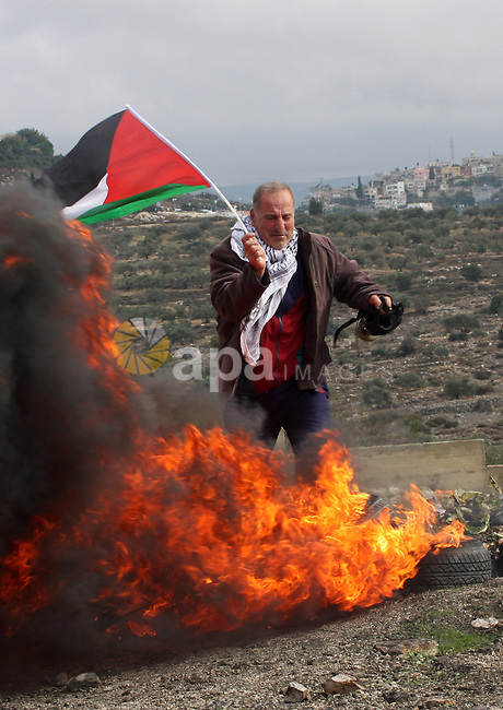 Palestinian protesters make their road blocks during the weekly protest against the Jewish settlement of Qadomem, near Nablus, West Bank, 23 November 2012. Photo by Nedal Eshtayah