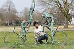Foto: VidiPhoto<br /> <br /> DE BILT - Ter gelegenheid van de start van de Tour de France Utrecht in juli, wordt in het stadscentrum een Tourbeeld van de bekende kunstenaar Jits Bakker geplaatst. Hiermee gaat een lang gekoesterde wens van de vorig jaar juni overleden beeldhouwer in vervulling. Het kunstwerk met de naam De Tourrenners is al jaren geleden gemaakt door Bakker, in de hoop dat de gemeente Utrecht dit werk zou aanschaffen. Utrecht heeft namelijk al eerdere pogingen gedaan om de Tourstart binnen te halen. Dat mislukte steeds. Jits Bakker is 50 jaar verbonden geweest aan Utrecht. Na zijn studie aan de Grafische School in Utrecht ging hij in het nabijgelegen De Bilt wonen. Beelden van de internationaal bekende kunstenaar staan in veel wereldhoofdsteden. Een schaalmodel van De Toerrenners wordt donderdag officieel overhandigd aan het stadsbestuur door de zoon van Jits, Tibo van de Zand. Het beeld zelf komt in juli bij het Centraal Station en het nieuwe stadskantoor, in het hart van de stad. Vorig jaar ontving Jits Bakker postuum de Sport en Art Award van het IOC, als eerbetoon voor het verspreiden van de Olympische waarden en zijn betekenis voor de sport in Nederland. Zo ontwierp hij diverse internationale sportprijzen, waaronder meer de bekende Jaap Eden-sculptuur. Foto: Zoon Tibo geeft dinsdag het kunstwerk De Tourrenners een opknapbeurt.