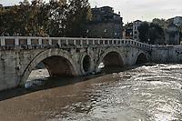 Roma, 14 Novembre  2012.Il fiume Tevere in piena per le piogge.Ponte Sisto .Rome 14 November 2012.The river Tiber in flood for the rains.