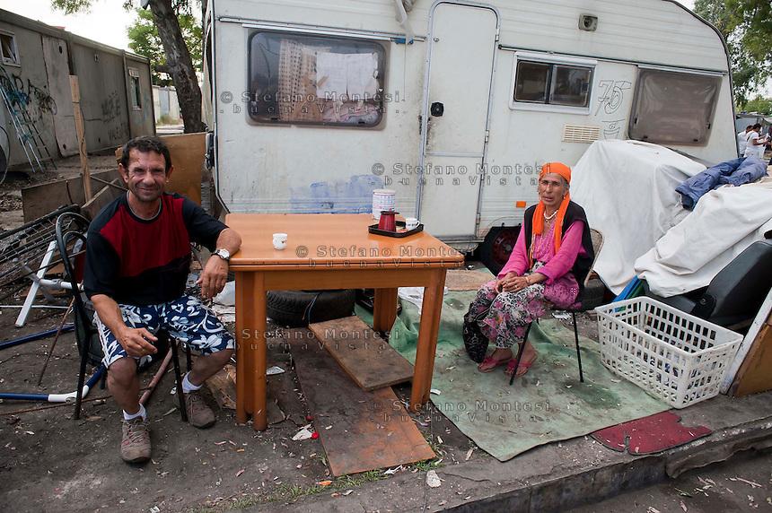 Roma 20 Giugno 2012.Il campo rom attrezzato di Tor de Cenci in cui vivono più di 400 persone, in maggioranza bosniache e macedoni. Il campo rom dovrebbe essere sgomberato e i rom trasferiti in altri campi,i nomadi del campo si oppongono  a futuri traslochi.