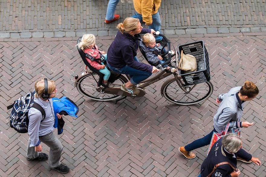Nederland, Utrecht, 16 juni 2015 <br /> Moeder met kinderen voorop en achterop op de fiets.<br /> <br /> Foto: Michiel Wijnbergh