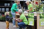 Foto: VidiPhoto<br /> <br /> ELST (GLD) &ndash; Duizenden stoeptegels en stenen werden zaterdag ingeleverd bij de tientallen vestigingen van Intratuin in ons land, in ruil voor twee gratis vlinder- en bijenplanten. De actie van tuinvereniging Groei &amp; Bloei in samenwerking met Intratuin werd daardoor een groot succes. Doel van de campagne &ldquo;Tegel eruit, plant erin&rdquo; is om Nederland weer een beetje groener te maken, zodat ook de waterhuishouding verbeterd wordt. Om inspiratie op te doen kon iedereen dit weekend een kijkje gaan nemen bij meer dan 1.000 particuliere tuinen van Groei &amp; Bloei-leden. Die werden in het kader van het Nationale Open Tuinenweekend opengesteld voor het publiek. Foto: Drukte bij de vestiging van Intratuin in het Gelderse Elst.