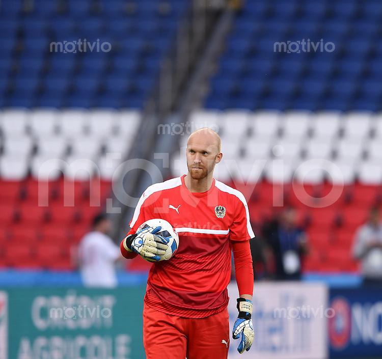 FUSSBALL EURO 2016 GRUPPE F in Paris Portugal - Oesterreich    17.06.2016 Abschlusstraining von Oesterreich im Prinzenpark-Stadion: Torwart Robert Almer (Oesterreich) mit Ball