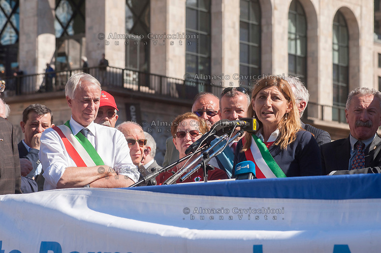 Milano, 25 Aprile 2016, manifestazione per la festa della Liberazione dal nazifascismo.Giuliano Pisapia sindaco di Milano, Giusi Nicolini Sindaco di Lampedusa.<br /> Milan, April 25, 2016, demonstration for the Liberation Day. Giuliano Pisapia mayor of Milan and Giusi Nicolini mayor of Lampedusa.