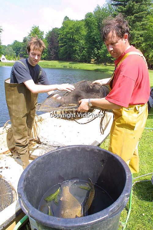 Foto: VidiPhoto..ROZENDAAL - De inlandse rivierkreeft wordt bedreigd op een van de twee plaatsen in Nederland waar ze nog in het wild voorkomen: de vijvers van kasteel Rosendael. Het Geldersch Landschap heeft daarom een beroepsvisser ingehuurd om alle vissen die de rivierkreeft bedreigen uit het water te halen. Het gaat om ondermeer paling, snoek en grote karpers. Het vangen gebeurt via stroomstoten, waardoor de vissen verdoofd worden, en met het zetten van fuiken. De vissen worden vervolgens weer ergens anders uitgezet.