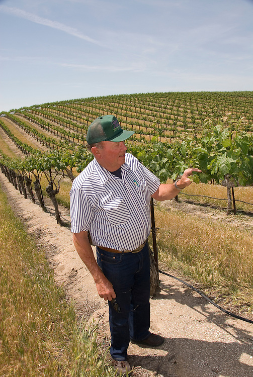 California, San Luis Obispo County: At Eberle Winery and vineyards in Paso Robles, noted for red wines.  Vineyard planter Howie Steinbeck.  Model released..Photo caluis131-70806..Photo copyright Lee Foster, www.fostertravel.com, 510-549-2202, lee@fostertravel.com