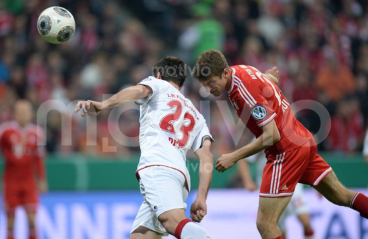 Fussball DFB Pokal Halbfinale 2013/2014    FC Bayern Muenchen - 1. FC Kaiserslautern      16.04.2014 Thomas Mueller (re, FC Bayern Muenchen) gegen Florian Dick (li, 1. FC Kaiserslautern)