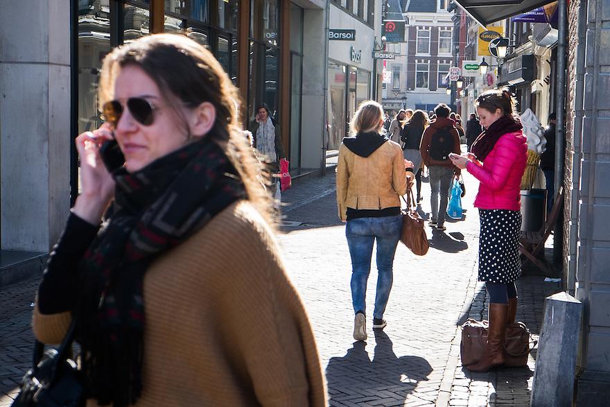 Nederland, Utrecht, 11 maart 2015<br /> Een van de eerste mooie dagen van het jaar in Utrecht. De terrassen zitten vol en er zijn veel mensen in het centrum aan het winkelen, shoppen en genieten van het mooie weer<br /> Foto: (c) Michiel Wijnbergh