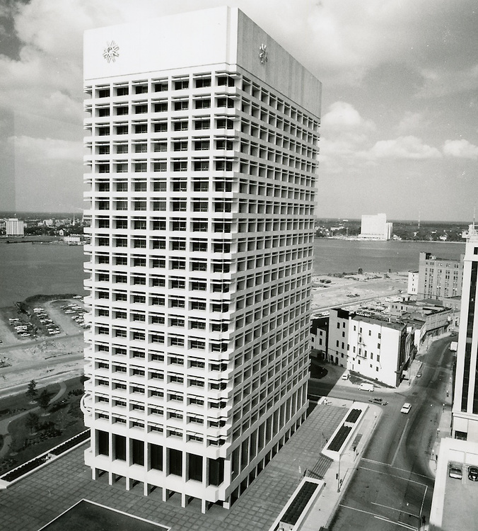 1970 July 20..Redevelopment...Downtown South (R-9)..Virginia National Bank Building.Looking West..Millard Arnold.NEG# MDA70-84-12.NRHA#..