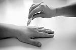 Utilisation de la crème EMLA (tube de 5 g) dans la gestion de la douleur...Le patch ou la crème EMLA permet de prévoir la douleur liée aux effractions cutanées :.- Diminuer ou abolir la douleur liée à l'effraction cutanée..- Diminuer le stress des enfants, prévenir l'apparition d'une phobie des soins..- Permettre aux soignants d'obtenir une meilleure participation de l'enfant et de sa famille..- Rétablir un climat de confiance entre le personnel soignant, l'enfant et sa famille.