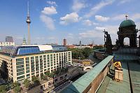 Frank Hinrichs a posé deux ruches sur le dôme de Berlin avec en fond la fameuse tour TV de l'ex-RDA sur la place AlexanderPlatz./// Frank Hinrichs has placed two hives on the Berlin Cathedral, with in the background the ex-DDR's famous TV tower on AlexanderPlatz.
