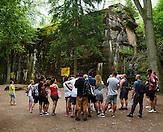 Touristengruppe vor dem Führerbunker. Adolf Hitler leitete von diesem Bunker aus den Russlandfeldzug im 2. Weltkrieg. Der Bunker hat bis zu 8 Meter dicke Wänder und konnte nicht gesprengt werden. / Tourist's in front of the bunker. /  Wolfsschanze, Wolf's Lair