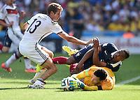 FUSSBALL WM 2014                VIERTELFINALE Frankreich - Deutschland           04.07.2014 Torwart Hugo Lloris (am Boden) und Patrice Evra (Mitte, beide Frankreich)  gegen Thomas Mueller (li, Deutschland)