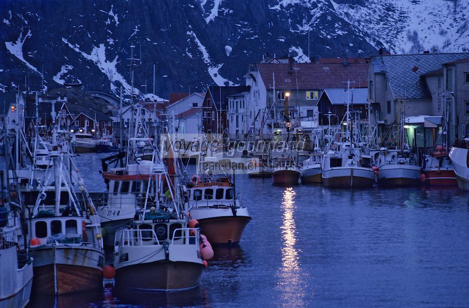 Europe/Norvège/Iles Lofoten/Hennigsvaer: le port de pèche au skréi cabillaud à la tombée de la nuit