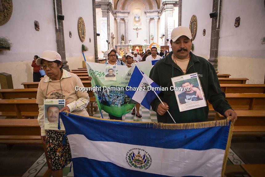 Tequisquiapan, Quer&eacute;taro. 23 de noviembre de 2016.-  Doceava Caravana de Madres Centroamericanas de Migrantes Desaparecidos, recibieron la bendici&oacute;n y celebraron una misa para dar &aacute;nimos en la b&uacute;squeda de los familiares desaparecidos. Posteriormente activistas de Desaparecidos Justicia AC, recibieron la caravana con flores blancas y abrazos.<br /> <br /> <br /> <br /> Foto: Demian Ch&aacute;vez.