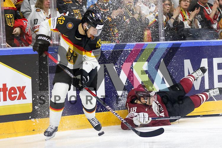 Deutschlands Ehliz, Yasin (Nr.42) an der Bande im Zweikampf mit Lettlands Galvins, Guntis (Nr.58)  beim Spiel der IIHF 2017 WM, Deutschland - Lettland.<br /> <br /> Foto &copy; PIX-Sportfotos *** Foto ist honorarpflichtig! *** Auf Anfrage in hoeherer Qualitaet/Aufloesung. Belegexemplar erbeten. Veroeffentlichung ausschliesslich fuer journalistisch-publizistische Zwecke. For editorial use only.