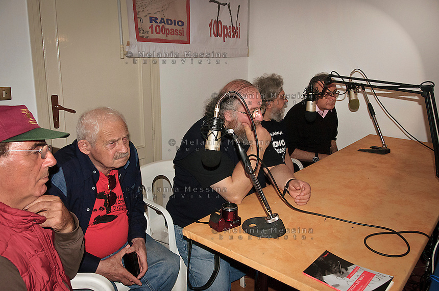 Radio 100 passi a Cinisi nella casa confiscata al boss Badalmenti: Salvo Vitale e Faro Di Maggio di radio Aut con Francesco Impastato, Danilo Sulis e Giovanni Impastato. <br />