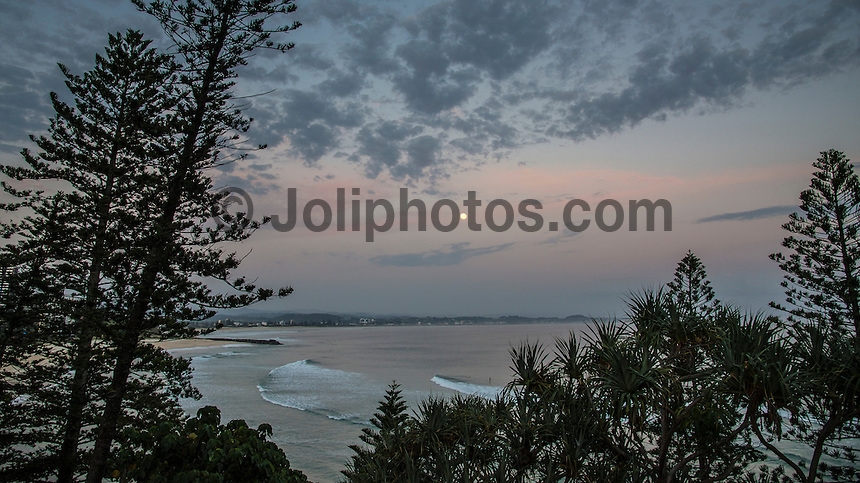 Snapper Rocks, Coolangatta, Queensland, Australia.(Monday, January 25, 2016): It was looking very nice again this morning with the swell clean from the East in the 3' up to 4ft range, with some 5ft sets with light SW winds early. They're forecast to go SE, then go ESE later in the day. High tide was around 9am with low at 3.15pm. The points were the go again as it was still a bit straight for the beachies.  The points  had the quality waves and very crowded again. There were stories around this morning that Greenmount was even crowded with around 50 odd surfers around 2 am under the Full Moon. Photo: joliphotos.com