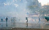 Roma  15 Ottobre 2011.Manifestazione contro la crisi e l'austerità.Scontri tra manifestanti e forze dell'ordine..Manifestanti lanciano pietre contro le forze dell'ordine in piazza San Giovanni.