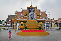 Thailand, Bangkok, Dec. 13, 2009..December 2009 the main road in old Bangkok was flooded with images of the King of Thailand. King Bhumibols birthday was on the 5th of December and in 2010 he will be 60 years King of the country...In december 2009 hingen overal maar vooral in het oude centrum van Bangkok afbeeldingen van Koning Bhumibol. Hij was jarig op 5 december en is 60 jaar Koning van Thailand in 2010....Photo Kees Metselaar