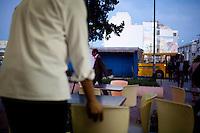 Tunisi, cameriere in un bar del centro Tunis, a waiter in a bar downtown<br /> Tunis, serveur dans un bar au centre ville