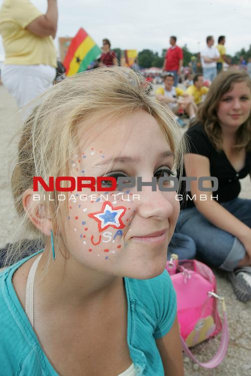 FIFA WM 2006 -  Fan Meile Nuernberg<br /> <br /> USA - Ghana<br /> <br /> Junges M&permil;dchen aus Amerika mit USA Sternchenbemalung<br /> <br /> Foto: nordphoto