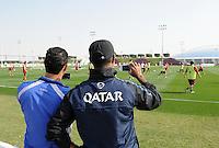Fussball 1. Bundesliga:  Saison   2011/2012    Winter Trainingslager des FC Bayern Muenchen  03.01.2012 Zwei katarische FC Bayern Fan fotografieren mit ihren Handys beim Training zu.