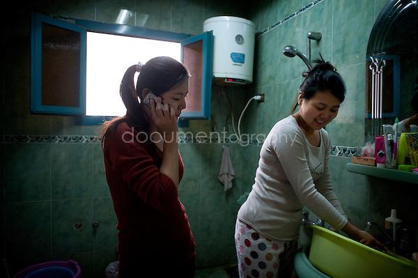 Copyright : Magali Corouge / Documentography.Le Caire, le 26 janvier 2013. .Yitong Shen et sa cousine Wenchao dans le quartier d'Abbasseya du Caire.
