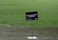 Fussball International  WM Qualifikation 2014   in Bern Schweiz - Slowenien         15.10.2013 Rasen betreten verboten! Schild im Stade de Suisse in Bern