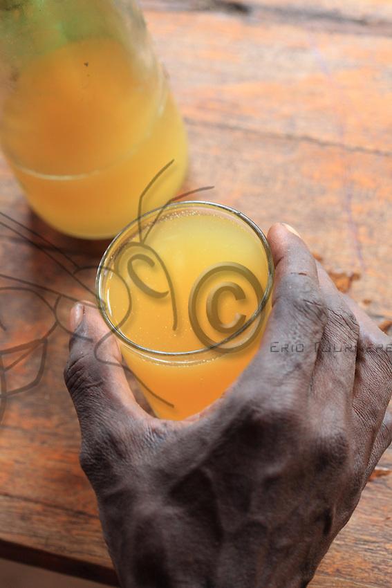The honey harvested by the Banas is a mix of wax and honey that is sold to make teji, the local mead that is part of all the holidays and festivals.///Le miel récolté par des Bana est un mélange de cire et de miel qui est vendu pour confectionner le teji, l'hydromel locale qui fait partie de toutes les fêtes.