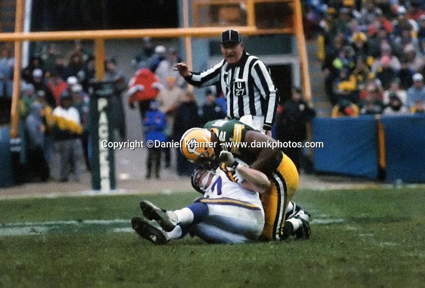Green Bay Packers defensive end Reggie White gives a talking to Minnesota Vikings tight end Hunter Goodwin during the December 22, 1996 game in which the Packers emerged victorious 38-10.