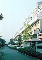 Berlin: Houses stacked over freeway. Overall length of complex, 600 meters. Schlangenbaderstr, 12-36. Photo '87.