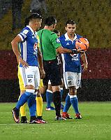 BOGOTA - COLOMBIA - 12 - 02 - 2017: Carlos Betancur (Cent.), arbitro, durante partido de la fecha 3 entre Millonarios y Atletico Bucaramanga, de la Liga Aguila I-2017, jugado en el estadio Nemesio Camacho El Campin de la ciudad de Bogota.  / Carlos Betancur (C), referee, during a match between Millonarios and Atletico Bucaramanga, for the date 3 of the Liga Aguila I-2017 played at the Nemesio Camacho El Campin Stadium in Bogota city, Photo: VizzorImage / Luis Ramirez / Staff.