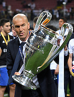 FUSSBALL  CHAMPIONS LEAGUE  FINALE  SAISON 2015/2016   Real Madrid - Atletico Madrid                   28.05.2016 Trainer Zinedine Zidane (Real Madrid) mit dem Pokal