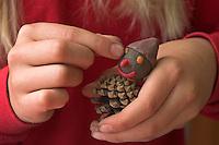 Kinder basteln Zwergengärtchen, Zwergen-Gärtchen aus Naturmaterialien, Bastelei, ein Zwerg wird aus Ton, Knete und Zapfen gebastelt