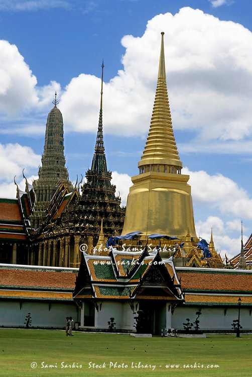 Temple of the emerald buddha bangkok thailand sami for Wat architecture