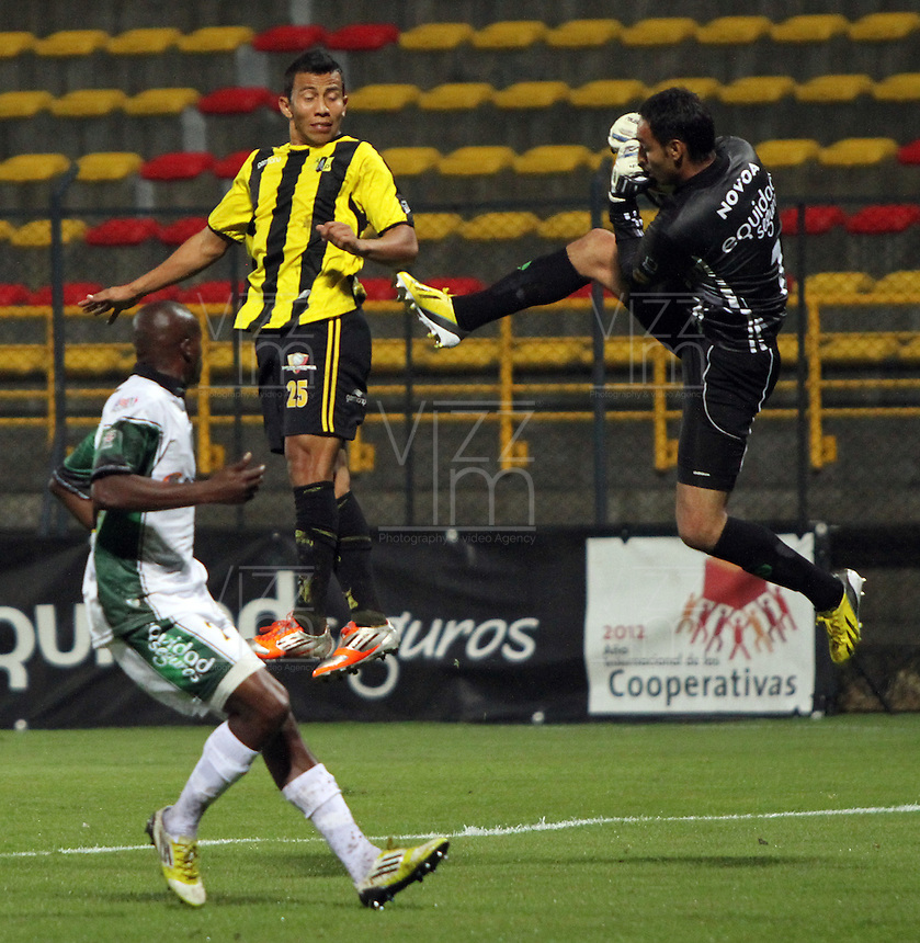 BOGOTA-COLOMBIA-9-02-2013 . Diego Novoa  of La Equidad  right) fights for the ball with Julio Mora of Alianza Petrolera  team in the Techo  stadium during game in La Liga Postobon.Felipe Alvarez (left) of  Alianza Petrolera fights the ball  with a team player Equity Insurance The Techo stadium  during game in La Liga Postobon..  ( Photo / VizzorImage / Felipe Caicedo / Staff