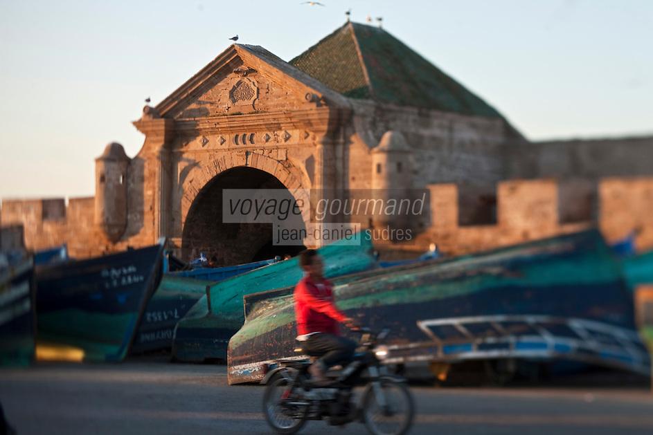 Afrique/Afrique du Nord/Maroc/Essaouira: Barques des pêcheurs et la Porte de la Marine sur le port
