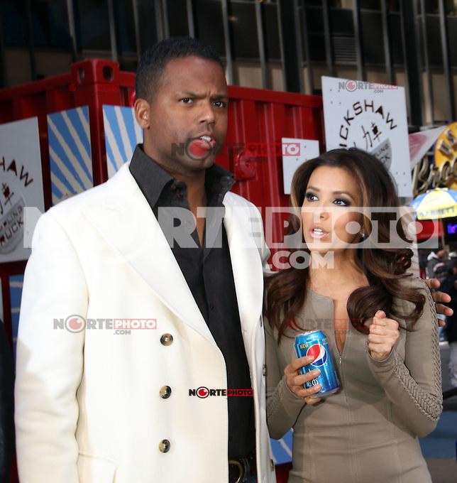 06*04*2012 Extra AJ Calloway y Eva Longoria presentando a los neoyorquinos la marca Pepsi en  en Time Square en Nueva York .. Cr&eacute;dito:Foto/RWMediapunchinc/NortePhoto.com.<br /> **SOLO*VENTA*EN*MEXiCO**<br /> **CREDITO OBLIGATORIO** <br /> *No*Venta*A*Terceros*<br /> *No*Sale*So*Shird*