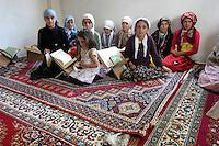 TURCHIA Kurdistan  Dogubayazit  gruppo di bambine a lezione in una scuola coranica