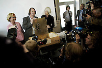 Oslo Norway 20090529 - The primate fossil Ida was presented to the press for the first time at The Norwegian Natural History Museum by Dr. Jørn Hurum (center), director at the Oslo University, Gunn-Elin Bjørneboe (Bjorneboe) (left) and secretary of Research and higher education, Tora Aasland (right). Photo/copyright: Torbjorn Gronning