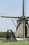 Foto: VidiPhoto<br /> <br /> OUD-ZUILEN - Medewerker Lennart van der Torren van Erfgoedadvies Groen uit Montfoort, inspecteert de afgebrande Buitenwegse molen (1830) in Oud-Zuilen. De kans dat het voormalige gemaal en tevens kleinste molen van de provincie Utrecht wordt herbouwd en zijn monumentenstatus terugkrijgt is vrij groot. Inmiddels heeft crowdfunding door de inwoners van Oud-Zuilen zo'n 27.000 euro bij elkaar gebracht. Samen met het verzekeringsgeld en mogelijke subsidie van gemeente en provincie, zou de tonnen kostende restauratie daarmee vrijwel gerealiseerd kunnen worden. Groen is gevraagd een herstelplan op te stellen. De balken van de molen zijn slechts licht geblakerd, alleen de verbindingsstukken zijn er slecht aan toe. Volgens Van der Torren is het molenbestand van ons land nog nooit in zo'n goede staat geweest als op dit moment. Dat is mede dankzij de royale subsidies van de overheid. &quot;Molens zijn cultuurbepalend en doen het nu eenmaal goed bij het grote publiek.&quot; De Buitenwegse molen staat pal naast  naast de grootste molen van de provincie Utrecht, de Westbroekse molen.