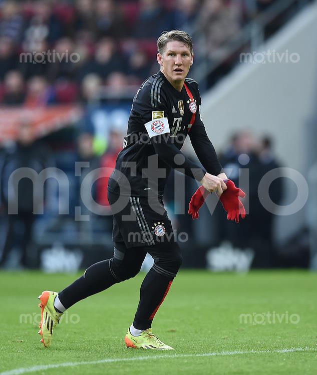 Fussball  1. Bundesliga  Saison 2014/2015  15. Spieltag  FC Augsburg - FC Bayern Muenchen     13.12.2014 Bastian Schweinsteiger (FC Bayern Muenchen) zieht seine Handschuhe an.