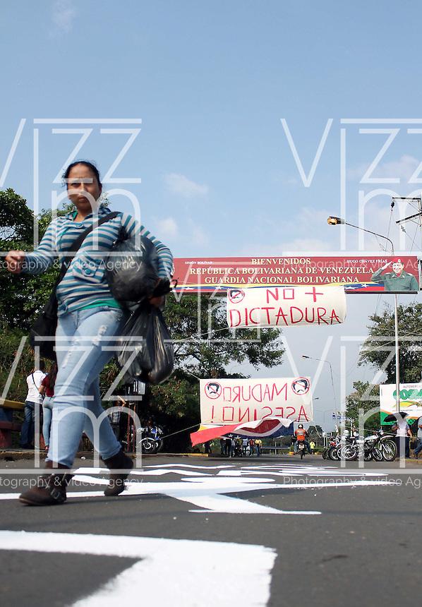 CÚCUTA -COLOMBIA, 19-02-2014.  El Puente Internacional Francisco de Paula Santander en la frontera de Cucuta, Colombia con Ureña, Venezuela se mantiene cerrado a causa de las protestas de la oposición al gobierno de Maduro en Venezuela./ The International bridge on the border of Cucuta, Colombia with Ureña, Venezuela is kept closed because the oposition protest against Maduro government in Venezuela. Photo: VizzorImage/Manuel Hernandez/STR