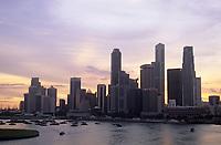 Asie/Singapour/Singapour: Vue des buildings à la tombée de la nuit