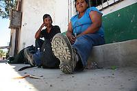 Sasabe Confine Arizona Messico Coppia di messicani aspetta la sera per ritentare la traversata del deserto per entrare illegalmente negli Stati Uniti<br /> Sasabe Arizona Mexico Border Couple of Mexicans expect the evening to try again to cross the desert to enter the United States illegally