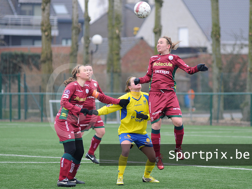 Dames Zulte - Waregem - STVV Sint Truidense VV : Catherine Szynal klimt het hoogst .foto DIRK VUYLSTEKE / Vrouwenteam.be