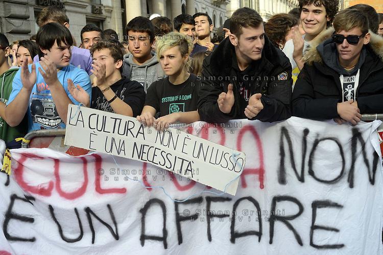 Roma, 13 Novembre 2012.Piazza Santi Apostoli.Manifestazione davanti la prefettura di alcune scuole contro il ddl953 (ex Aprea)