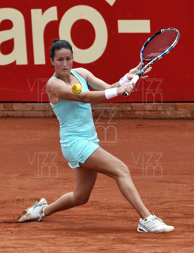 BOGOTA - COLOMBIA - 15-04-2016: Lara Arruabarrena de España, devuelve la bola a Sachi Vickery de Estados Unidos, durante partido por el Claro Colsanitas WTA, que se realiza en el Club El Rancho de Bogota. / Lara Arruabarrena from Spain, returns the ball to Sachi Vickery from United States, during a match for the WTA Claro Colsanitas, which takes place at Club El Rancho de Bogota. Photo: VizzorImage / Luis Ramirez / Staff.